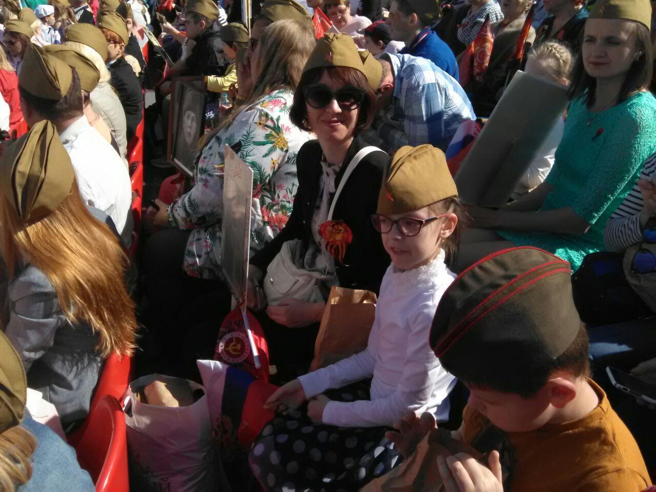 Наши уважаемые ветераны педагогического труда смогли посмотреть шествие «Бессмертный полк» стрибун наКрасной площади.